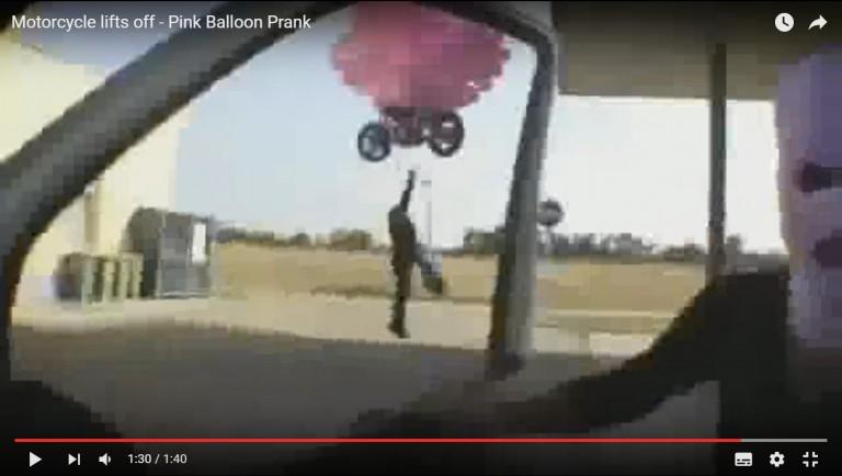 Video Yang Bercandanya Keterlaluan, Motor Orang Dibuat Terbang kelangit