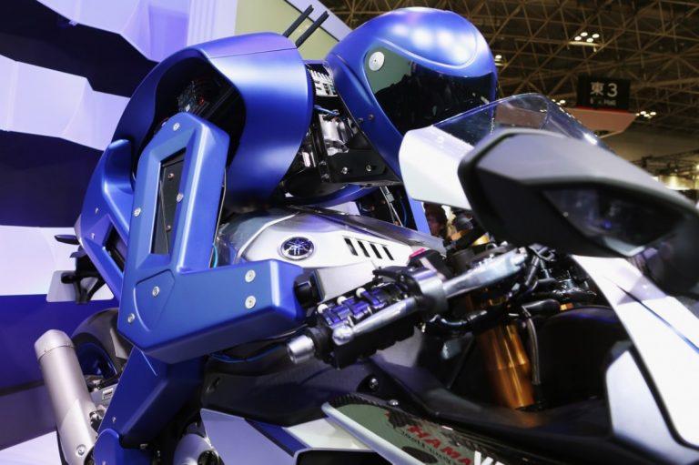 Saat Robot Lain Baru Bisa Belajar Menendang Bola, Yamaha Motobot  Mampu Memacu Yamaha R1M Diatas Lintasan
