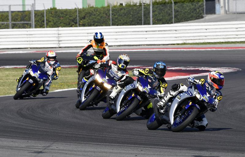 Kelima-rider-The-Master-Camp-latihan-di-Sirkuit-Misano-Italia-dengan-YZF-R3..