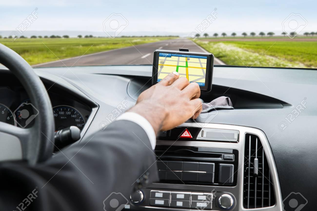 mengemudi sambil lihat GPS